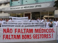 Ato de protesto reúne cerca de 250 médicos