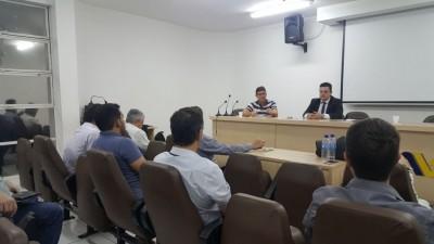 Médicos da UPA Padre Roberto, em Divinópolis, recebem orientações sobre direitos trabalhistas e relatam falta de condições de trabalho ao Sinmed-MG, em assembleia geral no dia 25 de outubro